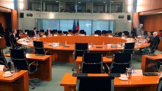 Angela Merkel participou no Conselho de Ministros a partir de casa, onde se encontra em quarentena desde domingo