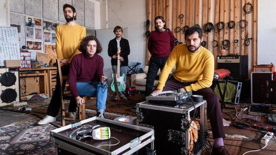"""Os Capitão Fausto terminaram no início de março a digressão que os levou por todo o país a apresentar os temas de """"A Invenção do Dia Claro"""", disco de 2019"""