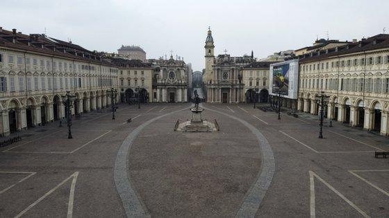 A Piazza San Carlo, na cidade de Turim, totalmente vazia