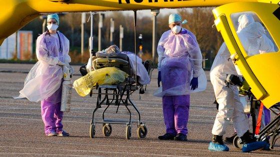 Paralelamente, as autoridades francesas anunciaram também esta segunda-feira a morte de quatro médicos na região leste devido ao surto
