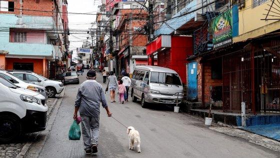 A população mais pobre vê-se impossibilitada de cumprir as recomendações de isolamento devido às fracas condições das habitações