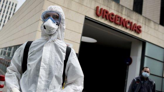 As unidades de cuidados intensivos estão a colapsar, especialmente em Madrid, onde os doentes são colocados nos corredores à espera que haja camas disponíveis