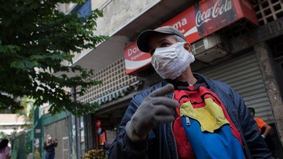 Homem de máscara nas ruas de Caracas, capital da Venezuela