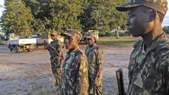 Um grupo armado invadiu a vila na madrugada de segunda-feira e esteve em confronto, com disparos de várias armas, durante o resto do dia, com as forças de defesa e segurança moçambicanas