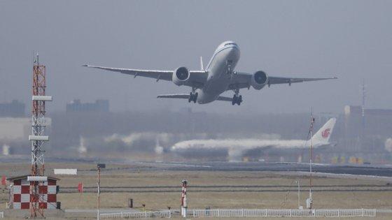 """A IATA, que reúne 290 companhias que representam 82% do tráfego mundial, pediu """"apoio financeiro direto"""" para os transportadores de passageiros e de mercadorias"""