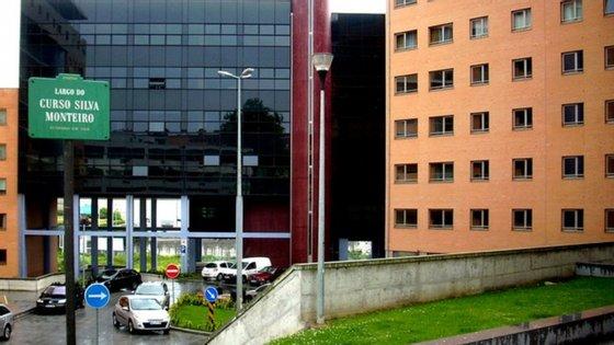 """Com uma adesão de cerca de 50 moradores, às 22h, na passada quinta-feira, os portuenses vieram à janela entoar em uníssono """"Porto Sentido"""" de Rui Veloso"""