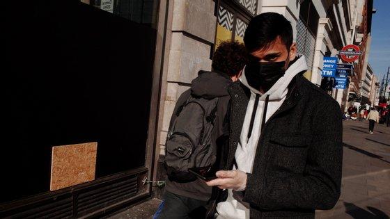 Um homem com máscara caminha em Marble Arch, Londres