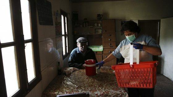 Os lares de terceira idade têm sido polos de infeção com covid-19.