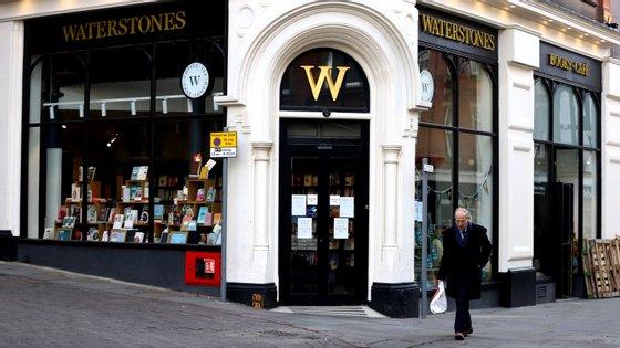 A Waterstones foi um dos grupos livreiros a anunciar que iria manter a maioria das lojas abertas. A decisão durou apenas alguns dias
