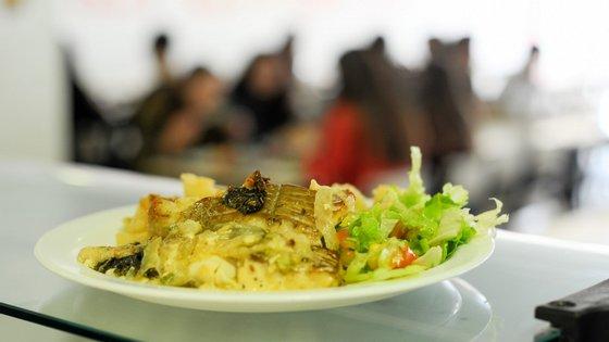 """""""A resposta de confeção de refeições que tem estado disponível para todos os alunos dos escalões A e B e que tem servido as respostas sociais da cidade"""" irá continuar em funcionamento, lê-se no comunicado"""