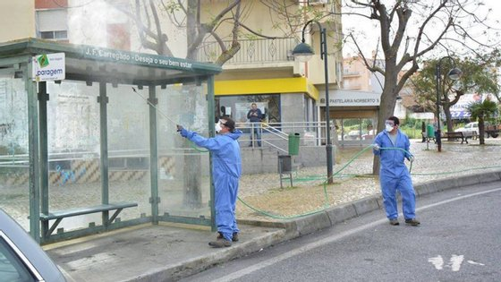 Uma operação de desinfeção de rua no Carregado, ao abrigo do plano de desinfeção da Comunidade Intermunicipal do Oeste
