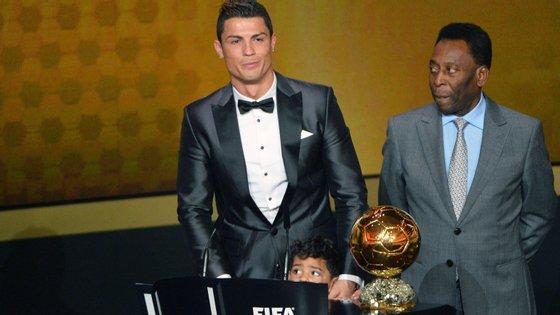 Pelé entregou a Cristiano Ronaldo a Bola de Ouro em 2014, naquela que foi a segunda de cinco distinções como melhor do mundo