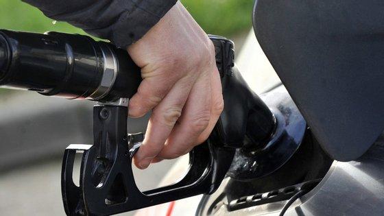"""De acordo com o regulador, """"Aveiro, Braga, Santarém e Castelo Branco, continuam a ser os distritos com gasolinas e gasóleos mais baratos em Portugal Continental"""""""