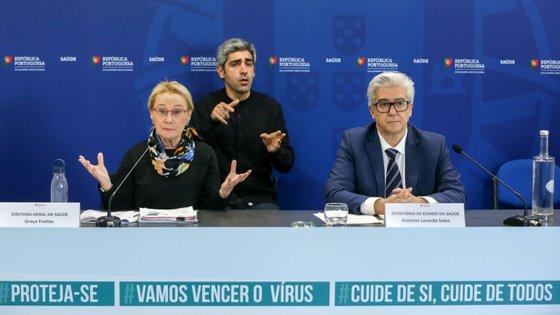 Graça Freitas e António Sales tiveram esta quinta-feira a companhia de Fernando Almeida, presidente do Instituto Ricardo Jorge, na conferência de imprensa