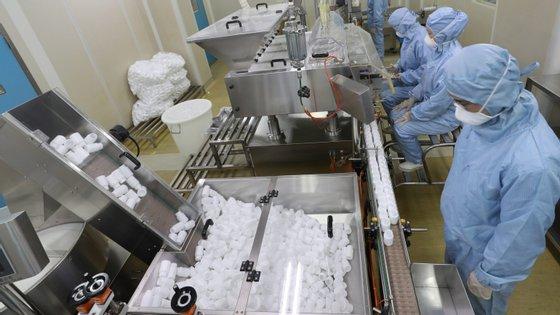 """""""A cloroquina só vai começar a funcionar a partir do momento em que a pessoa estiver infetada e vai ajudar a diminuir a replicação do vírus ao nível do pulmão"""", informou um outro médico"""