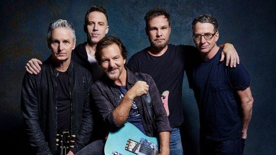 Mike McCready, Matt Cameron, Jeff Ament e Stone Gossard. Eddie Vedder é aquele amigo que está à frente