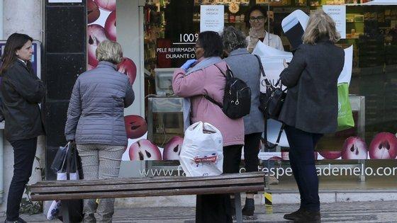 A preocupação com o estado de emergência imposto em Portugal tem levado a uma corrida às farmácias portuguesas
