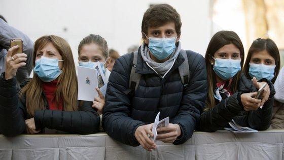 Em Roma, um grupo de jovens em Roma espera pelo papa Francisco na Quarta-Feira de Cinzas, que este ano ocorreu a 26 de fevereiro