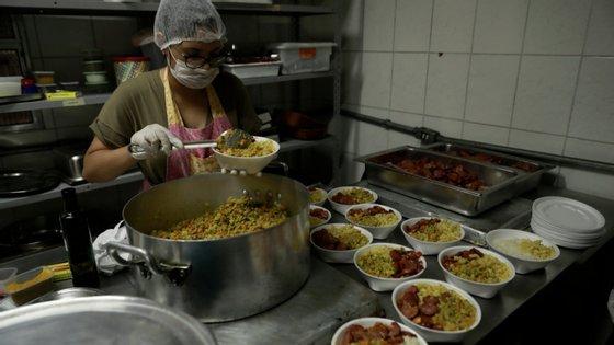 Comida para profissionais de saúde, sem abrigo ou famílias carenciadas estão a ser feitas e entregues de norte a sul do país