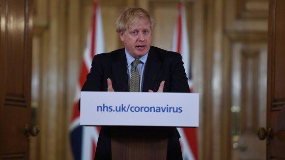 Boris Johnson anunciou por Twitter que vai ficar em isolamento depois de ter testado positivo. Vai continuar a trabalhar e receberá as refeições à porta de casa