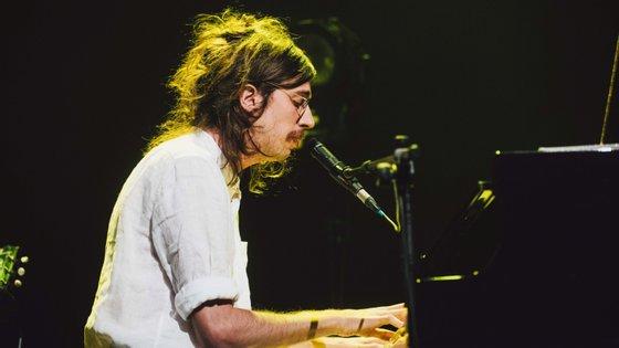"""O brasileiro Tim Bernardes é um dos músicos que vai dar um concerto """"online"""" esta sexta-feira"""
