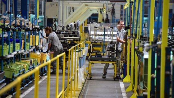 Os trabalhadores das fábricas europeias da PSA que vão retomar actividade terão direito a 5 minutos extra nas pausas, para compensar o tempo que estão a lavar as mãos