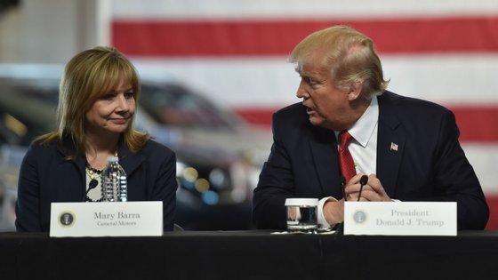 A CEO da General Motors, Mary Barra, com o Presidente dos EUA, Donald Trump