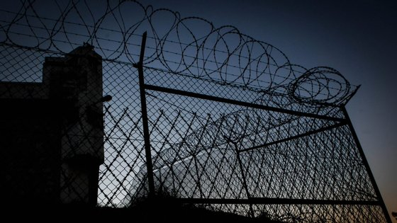 A auxiliar em questão trabalha no Hospital Prisional de Caxias, encontra-se agora em casa, em isolamento profilático, e está estável