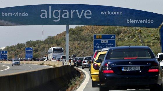 """As férias da Páscoa terminam em 13 de abril, sendo que no último debate quinzenal, em 24 de março, António Costa admitiu que o encerramento das escolas poderá """"ir muito além"""" desta interrupção letiva"""