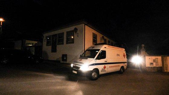 A operação de transferência de três dezenas de idosos de um lar de Vila Nova de Famalicão demorou várias horas e prolongou-se pela noite dentro