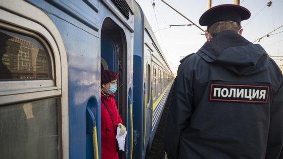 De acordo com um decreto oficial, os 12 milhões de habitantes de Moscovo só podem sair de casa para comprar comida na loja mais próxima, medicamentos nas farmácias, passear o cão, despejar o lixo ou deslocar-se para trabalhar