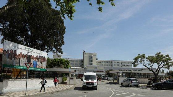 A PSP refere que o caso ocorreu no sábado à tarde, tendo o homem, um cidadão estrangeiro, desempregado, sido detido por posse de arma proibida