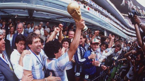 Diego Maradona com a taça de campeão mundial em 1986, naquele que foi o segundo título da Argentina em oito anos