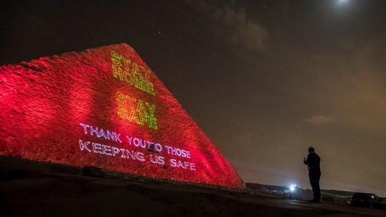 Fotografia tirada à Grande Pirâmide de Gizé na noite de segunda-feira