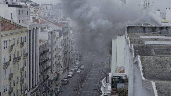 Incêndio deflagrou num prédio da Avenida Almirante Reis, em Lisboa, esta terça-feira