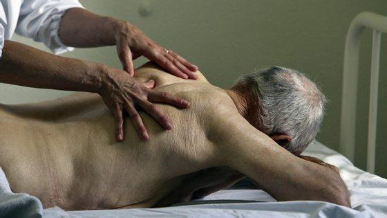 De acordo com a estrutura associativa, o papel do fisioterapeuta é reconhecido pelas entidades internacionais, que referem a fisioterapia como primordial na otimização da ventilação e oxigenação dos pacientes