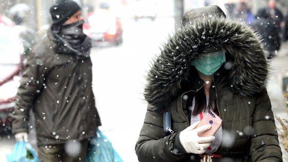"""O porta-voz da OMS, Tarik Jasarevic, afirmou esta terça-feira que """"as pessoas com sintomas [da Covid-19] devem usar máscaras para proteger os outros"""""""