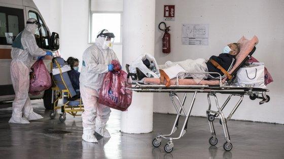 Paramédicos transportam doentes de COVID-19 para um hospital em Turim