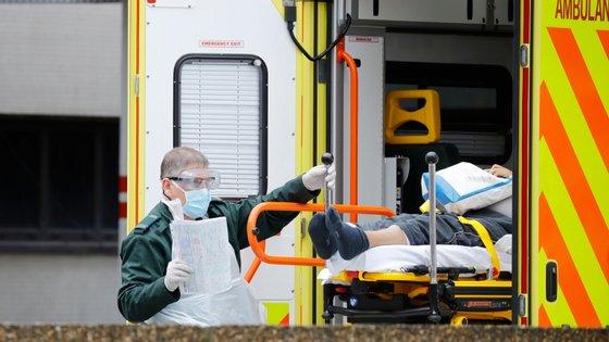 Um paramédico transporte um paciente de COVID-19 para um hospital em Londres