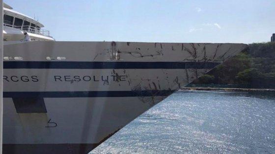 Os estragos visíveis na proa do RCGS Resolute, aqui já atracado em Curaçao