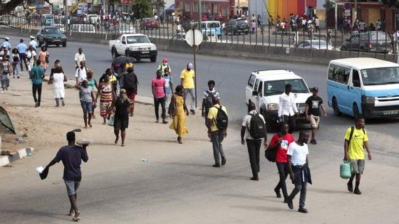 São proibidos os mercados informais de rua que impliquem concentração de pessoas. Os mercados permitidos podem funcionar entre as 6h e as 13h