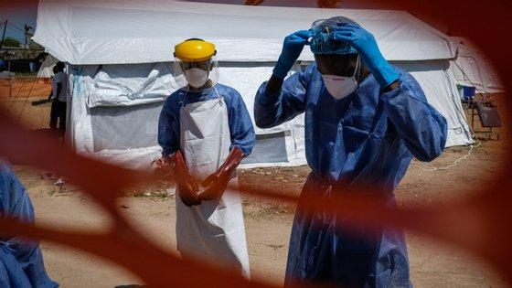 Os casos de cólera alastram habitualmente através do consumo de água contaminada o que acontece com maior frequência durante a época das chuvas