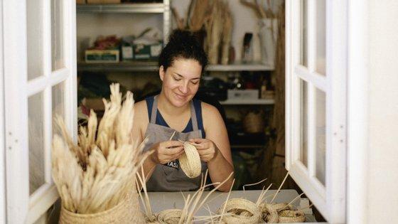 Atualmente, a associação envolve mais de 2.200 artesãos certificados em áreas como a cestaria, os bordados e a cerâmica.