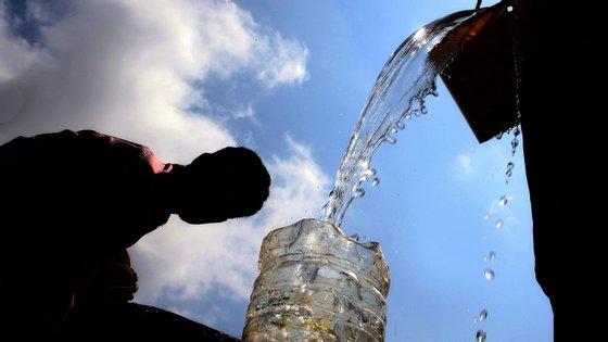 """""""Se queremos estancar o contágio temos de assegurar que estas pessoas têm acesso a água para poder lavar as mãos"""", frisou Catarina de Albuquerque"""