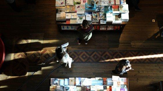 Os estabelecimentos comerciais mais afetados foram as livrarias, onde a queda nas vendas chegou aos 73%