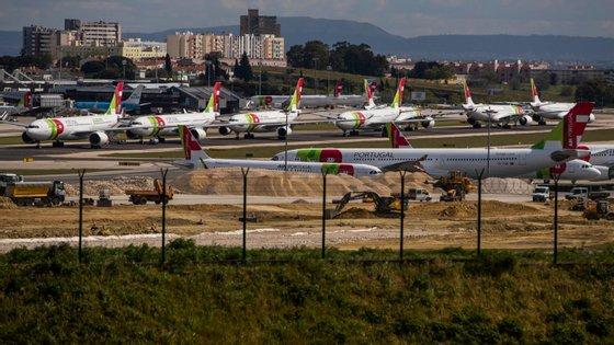 Aeroportos nacionais fechados depois de a 23 terem fechado as fronteiras por terra com Espanha. Só mercadorias passam.