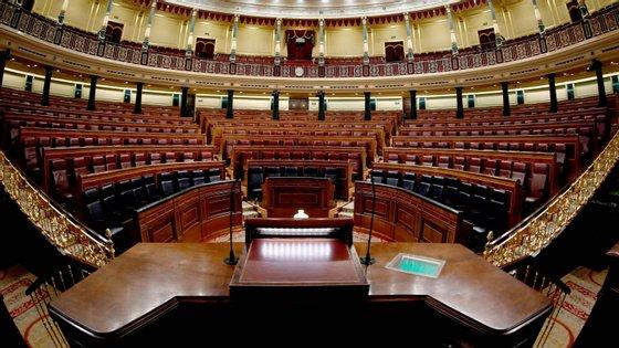 Em Espanha, a atividade política e parlamentar presencial foi em grande parte suspensa, mas em março deputados ainda auferiram subsídios de deslocações e refeições