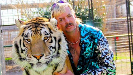 À esquerda, tigre; à direita, Joe Exotic. Com o documentário, o espectador perceber que são quase um único ser