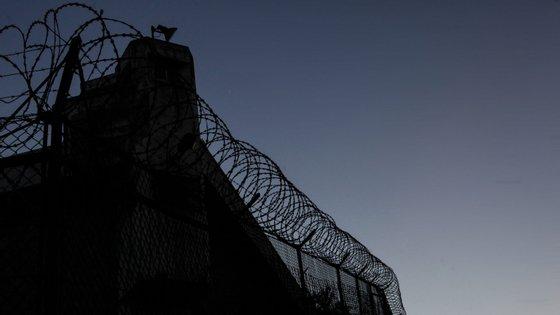 A ministra da Justiça fala na libertação de cerca de 1200 reclusos