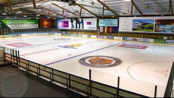 A pista de gelo tem 1.800 metros quadrados.